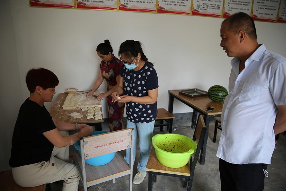 图片四:与驻村工作队员家属一同包饺子_wps图片.JPG